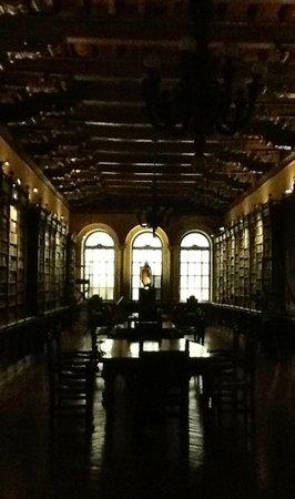 Monastery of Santo Domingo (Iglesia y Monasterio de Santo Domingo): Biblioteca, de siglo 15 repleta de joyas mayormente como en la epoca religiosas