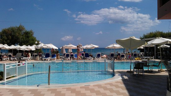 Mediterranean Beach Resort Hotel: Бассейн и спуск на пляж