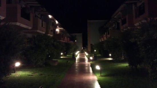 Mediterranean Beach Resort Hotel: Отель ночью