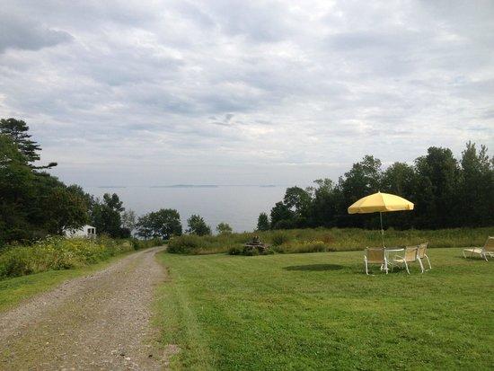 High Tide Inn: View from lawn towards beach