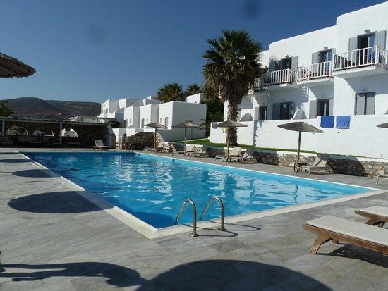 Paros Bay Hotel: L'hotel e la piscina