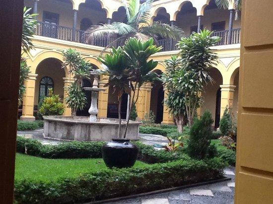 Monastery of Santo Domingo (Iglesia y Monasterio de Santo Domingo): otro patio.arte y paz