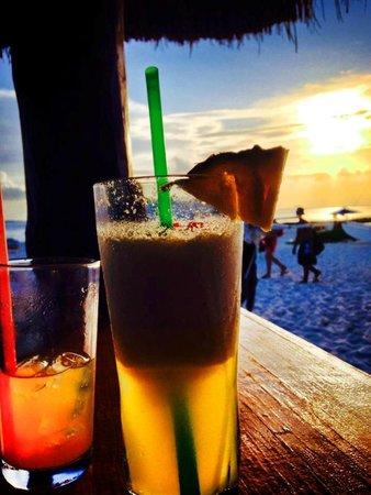 Playa Norte: Drinks on the beach at Sunset look like this.....