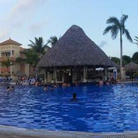 Grand Bahia Principe Turquesa: Piscine du Club Premier avec le pool bar