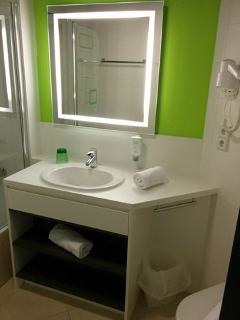 Harry's Home Hotel Wien Millennium Tower: Basin. You need to buy the toothpaste from vending machine. better get it from supermarket below