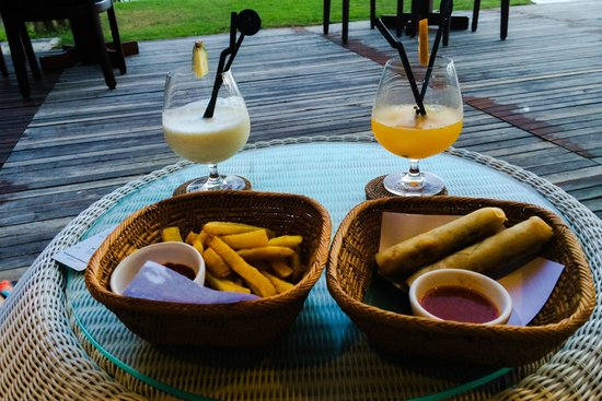 Candi Beach Resort & Spa: Sunset snacks from the bar