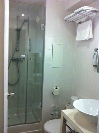 Ibis Styles Paris Maine Montparnasse : Bathroom with shower