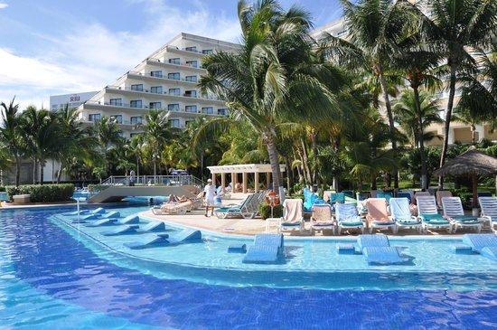 Hotel Riu Caribe : piscine