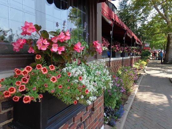 Red Coach Inn - Restaurant: Summer time flowered terrace.