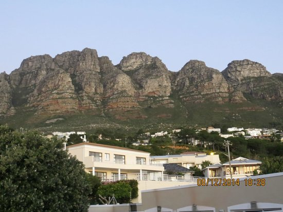 3 On Camps Bay Boutique Hotel : Table Mountain behind 3 on Camps Bay