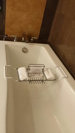 JW Marriott Marquis Miami: The bathroom in our room in the 23 floor