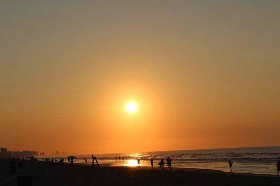 Beach Cove Resort: Sunrise on the beach.