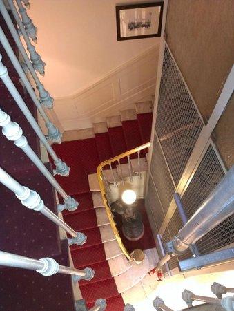New Hotel Vieux Port : Лестница и шахта лифта