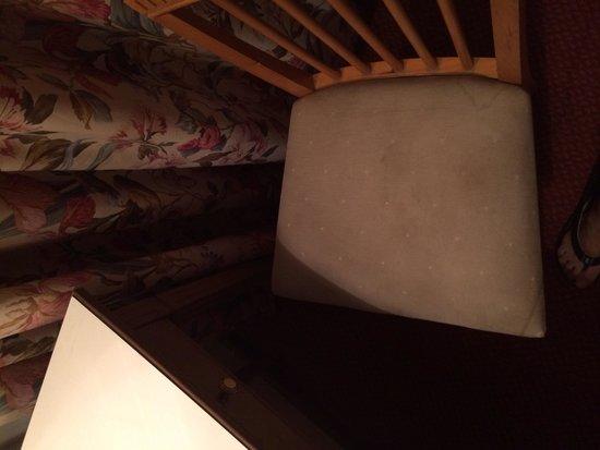Hotel Eduardo VII: Silla de la habitacion sucisima