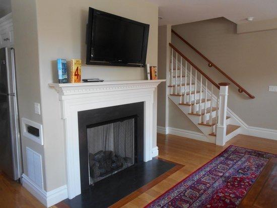Pelham Court Hotel: Living Room/Fireplace