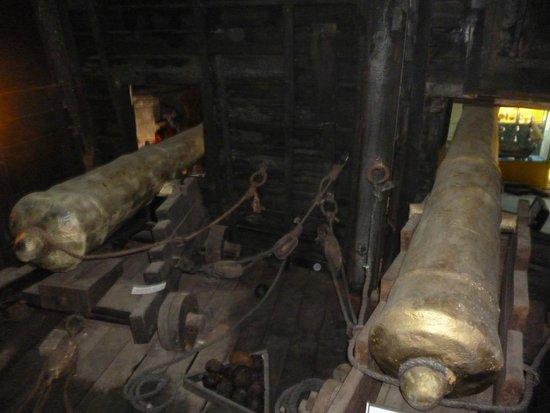 Museo de los Naufragios y Tesoros: Cañones originales