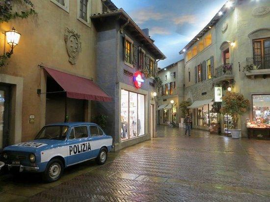 Montecasino : Cobblestone walkways.
