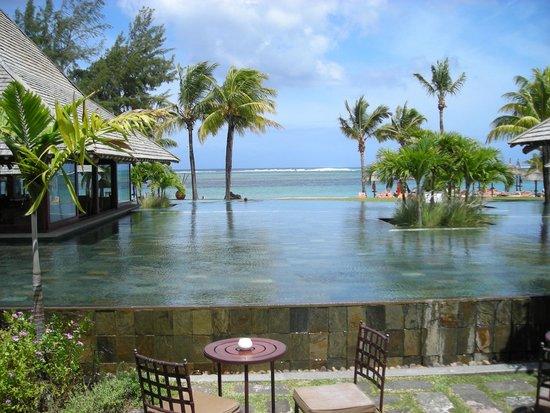Heritage Awali Golf & Spa Resort : LA PISCINE SOUS LA PLUIE