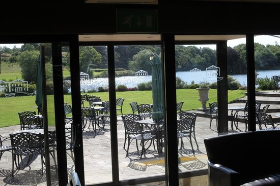 Waterton Park Hotel: View of terrace from inside Charlies Bar