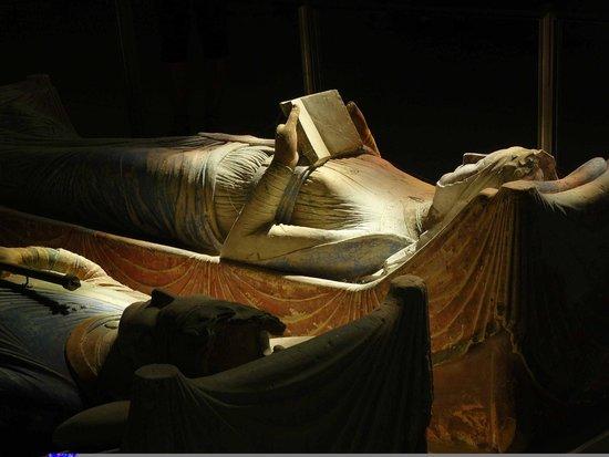 Abbaye Royale de Fontevraud : Alienor attende leggando la bibbia
