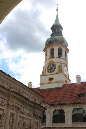 The Prague Loreto: Часовых дел мастер Петр Нойман собрал все части карийона, подсоединив их к своим часам так, что