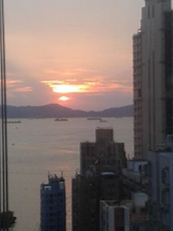 Hotel Jen Hong Kong: sunset from club lounge