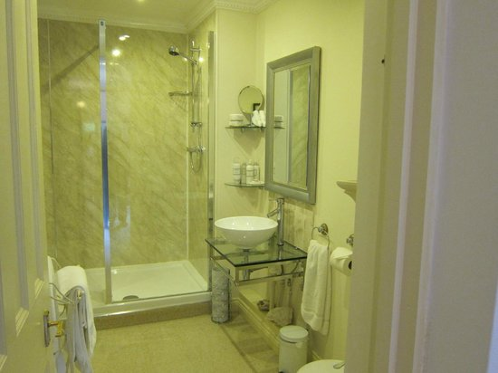 Afon Gwyn Country House: LARGE BATHROOM