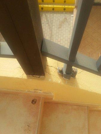 Broncemar Beach : Unsafe staircase handrail