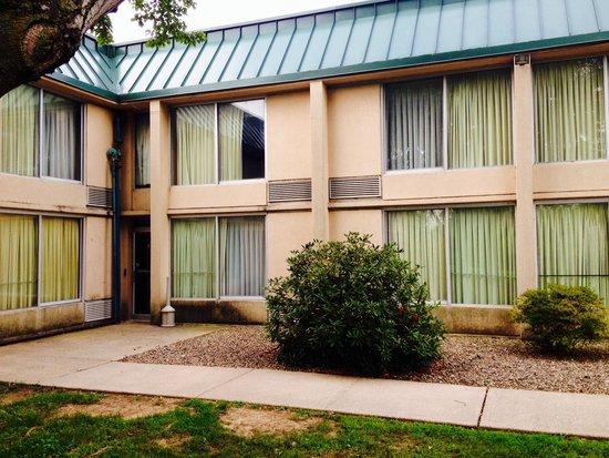 Quality Inn: Needs paint & new windows