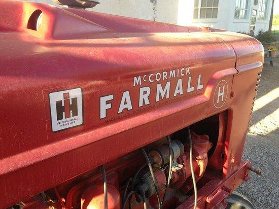 Los Poblanos Historic Inn & Organic Farm: Tractor by the farm store