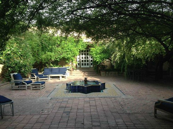 Los Poblanos Historic Inn & Organic Farm: Courtyard in front of the check in office