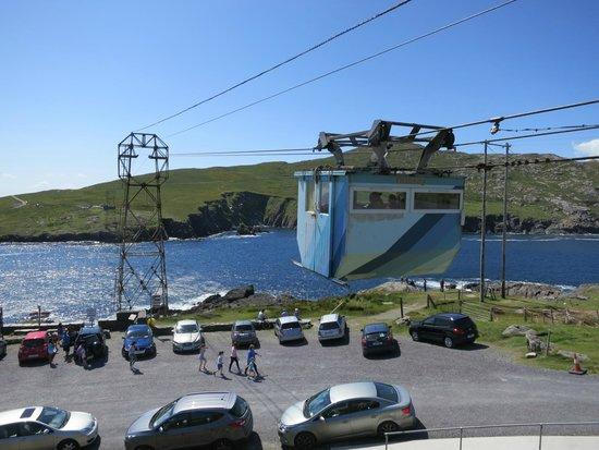 Dursey Island: The cable car and the parking lot taken from the mainland