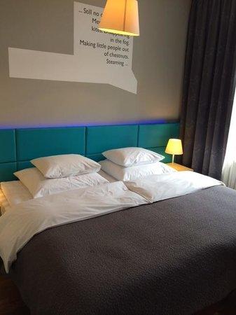 MOODs Boutique Hotel: La couleur du néon lumineux s'ajuste à souhait