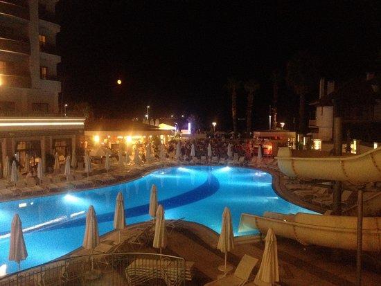 Golden Rock Beach Hotel : Poolside