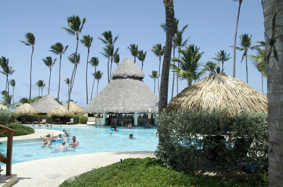 Secrets Royal Beach Punta Cana: Main pool bar