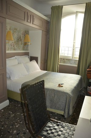 Hotel Therese : Bed with cabinets - good lighting for reading