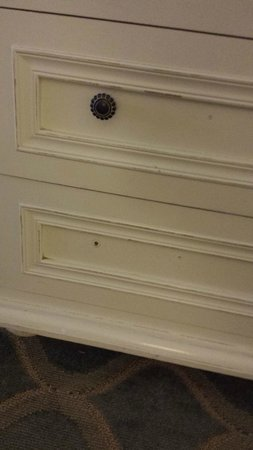 Pelican Grand Beach Resort, A Noble House Resort : outdated furniture, missing knobs