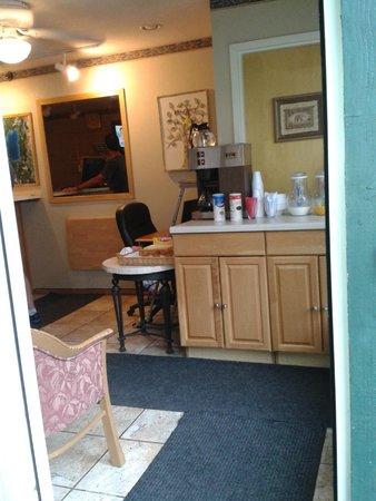 Green Lantern Inn & Suites: le coin petit dej juste un meuble pas de table.........