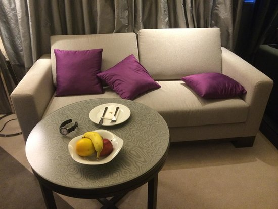 Gateway Hotel Hong Kong : Continental Club Room - Sofa Area with complimentary fruits
