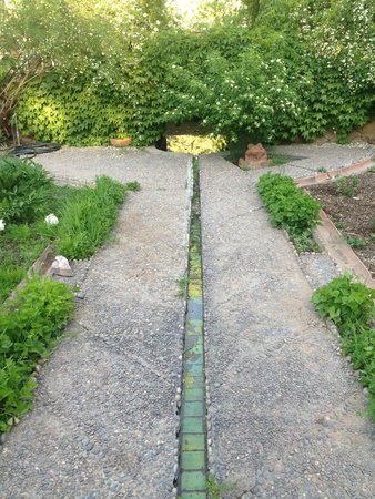 Los Poblanos Historic Inn & Organic Farm: Tiled irrigation in the garden