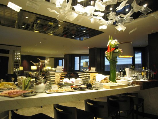 Gateway Hotel (a member of Marco Polo Hotels) : Continental Club Lounge - Evening Spread + Alcohol