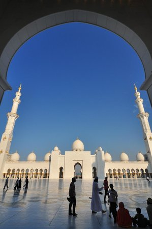 Mosquée Cheikh Zayed : The main court from arcades.