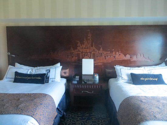 Disneyland Hotel : Magical surprises in the hotel rooms!