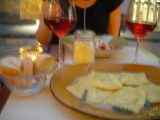 La Cantinetta Osteria con Cucina: Plats de pâtes et rosé