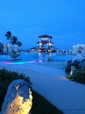 Sandals Emerald Bay Golf, Tennis and Spa Resort: Pool at night
