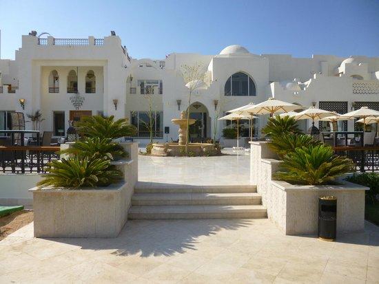 Le Royal Holiday Resort: Main restaurant and terrace