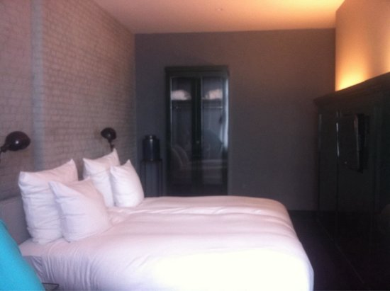 Hotel Les Nuits: Bed