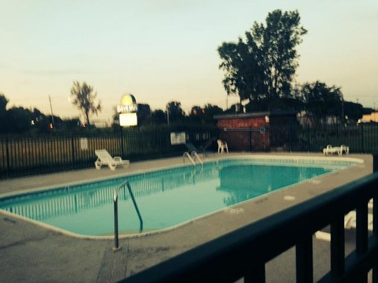 Days Inn by Wyndham Holland: Pool View 2