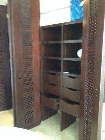 Live Aqua Beach Resort Cancun: closet with built ins