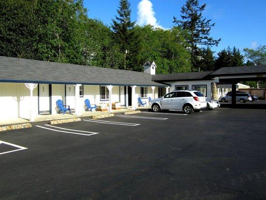 Ocean Breeze Motel : Vorplatz und Zimmer